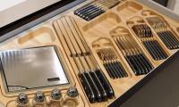 Ξύλινη κουταλοθήκη με γυάλινα βαζάκια και ηλεκτρική ζυγαριά