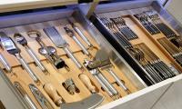 Αξεσουάρ κουζίνας σε ξύλινη βάση και εργαλεία INOX Ιταλίας