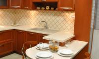 Διαχωριστικό με ενσωματομένο τραπέζι - επένδυση Φορμάικα στο χρώμα του πάγκου με πόδι Inox