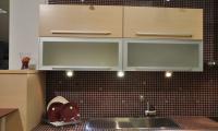 Πτυσσόμενα οριζόντια ντουλάπια από Δρύς ξύλο φυσικό - Βιτρίνες με πλαίσιο Αλουμίνιο με τζάμι αμμοβολή