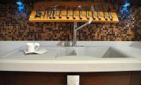 Πάγκος από χαλαζία, σε διάφορα χρώματα και διαστάσεις. <br />Ο χαλαζίας χρησιμοποιείται και στην επένδυση του τοίχου, του τραπεζιού ή του διαχωριστικού πάσου. <br /> Κρεμαστή εργαλειοθήκη (μασίφ ξύλο) βρύση ΡΟΖΕΤΑ και ντισπένσερ υγρού σαπουνιού CARRON.